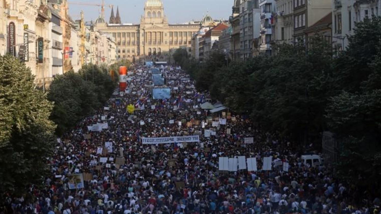 демонстрантов в Праге требовали отставки премьера