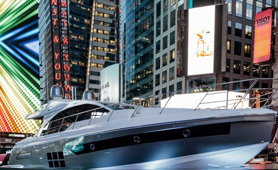 на Таймс-сквер расположилась настоящая яхта