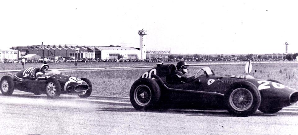 Майк Хоторн (#20, Ferrari 246 Dino) против Стирлинга Мосса (#14, Cooper T43 Climax).