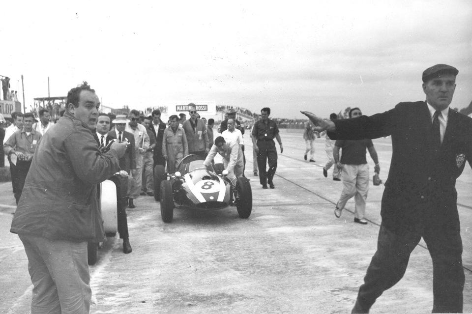 Джек Брэбэм толкает свой Cooper T51 к финишу и первому чемпионскому титулу
