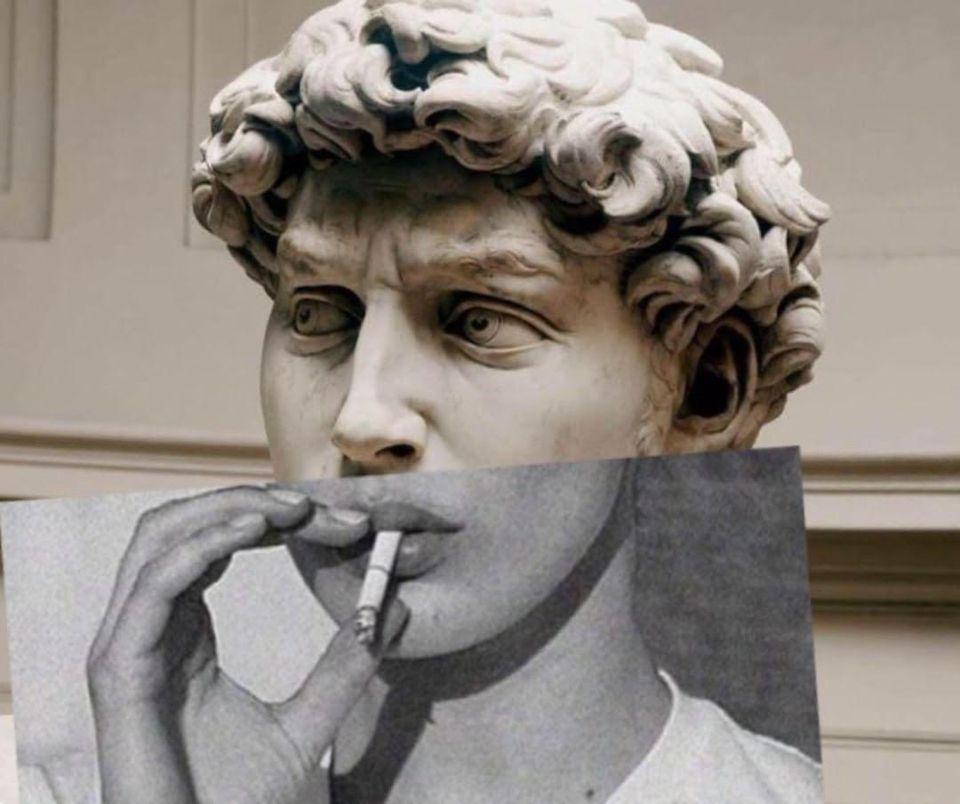 статуя курит