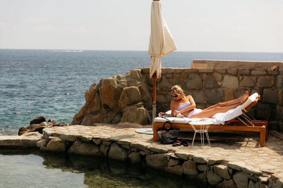 девушка в купальнике Peony на лежаке