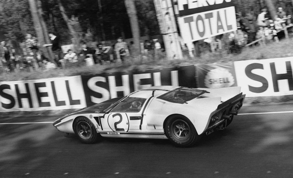 Ford GT40 Mark II экипажа Хилл/Эймон на дистанции «24 часов Ле-Мана» '65.