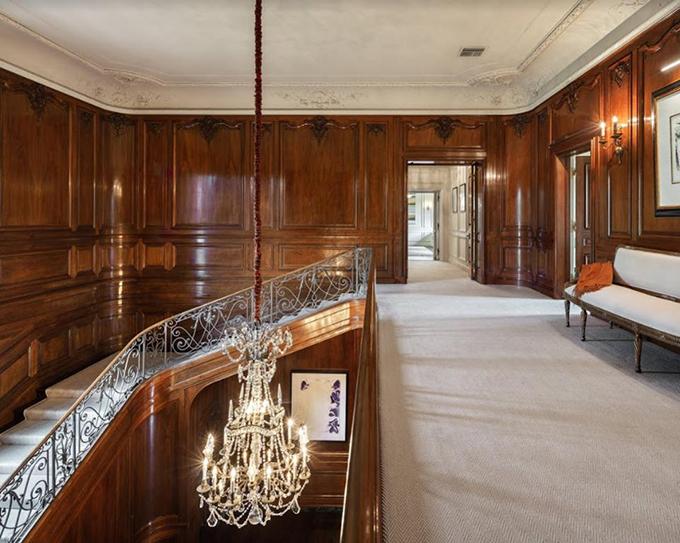 лестница в поместье Owlwood Estate
