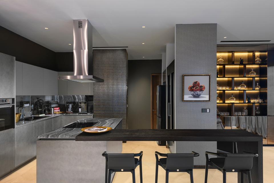 кухонная зона пентхауса в сингапуре