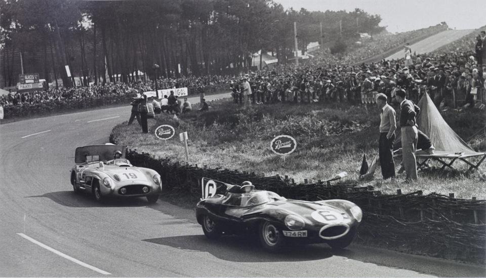 Майк Хоторн (#6, Jaguar D-type) борется с Хуаном Мануэлем Фанхио (#19, Mercedes-Benz 300SLR) в ходе «24 часов Ле-Мана» '55.