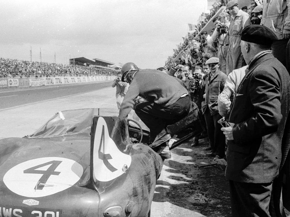 Ниньян Сандерсон запрыгивает в кокпит Jaguar D-type, сменяя Рона Флокхарта на дистанции «24 часов Ле-Мана» '56.