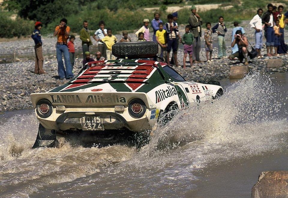 Сандро Мунари и Марко Мануччи штурмуют водные преграды на «Ралли Сафари» '75, где лишь тотальное невезение помешало отпраздновать победу.