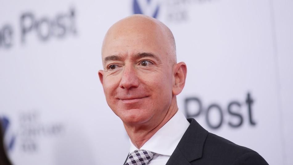 Безос остался самым богатым американцем