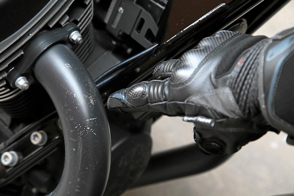 Чёрная краска на выпускных патрубках Moto Guzzi
