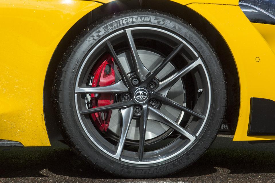 Шины здесь установлены разного размера: сзади – более широкие, чем спереди. Michelin Pilot Super Sport 275/35R19 и 255/35R19