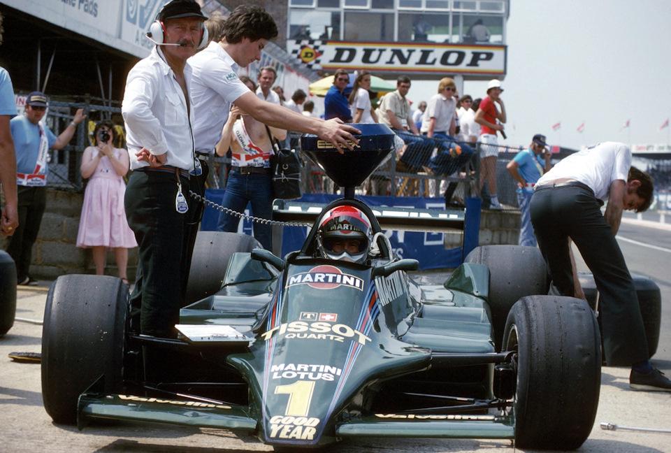 Гран При Великобритании '79. Марио Андретти в кокпите Lotus 79 Ford, Колин Чэпмен стоит рядом