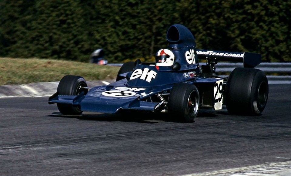 Крис Эймон на Tyrrell 005 с клиновидным носовым обтекателем и боковыми водяными радиаторами