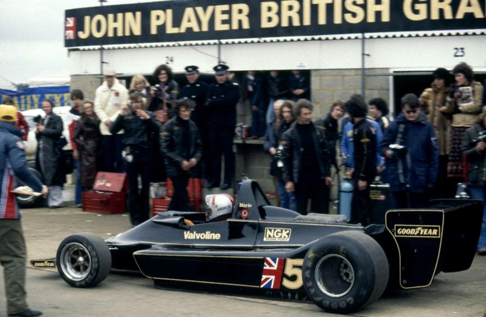Марио Андретти за рулем Lotus 79 Ford во время гоночного дебюта машины на «Международном Трофее» в Сильверстоуне в марте 1978 года