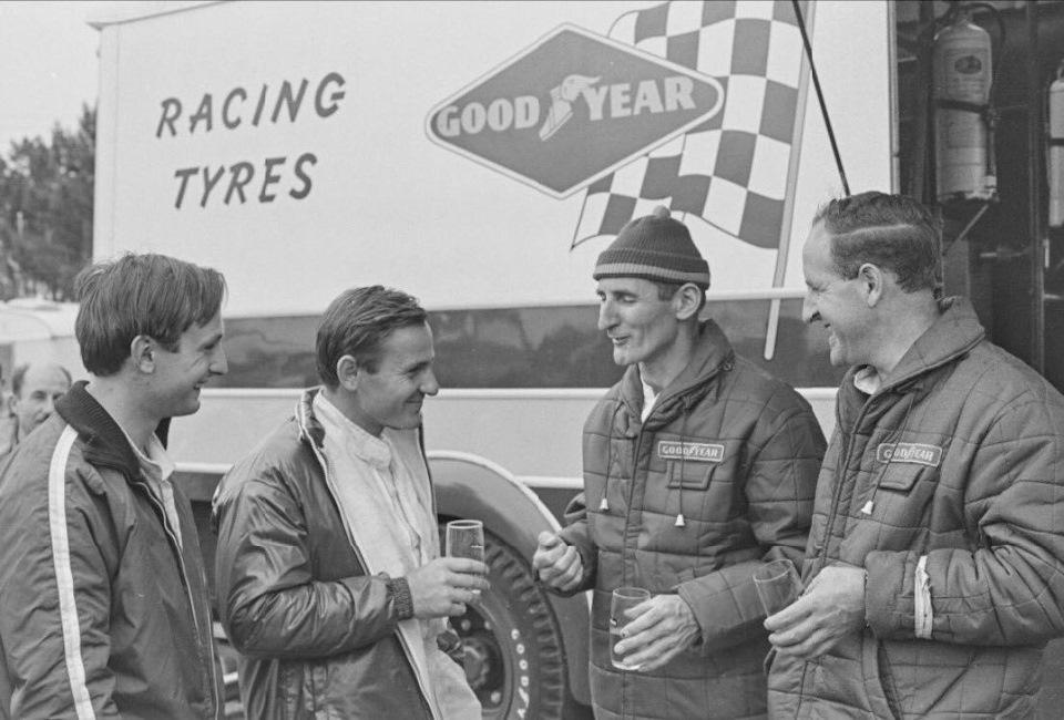 Крис Эймон, Брюс МакЛарен, Кен Майлз и Дэнни Халм после финиша Ле-Мана, 1966 г.