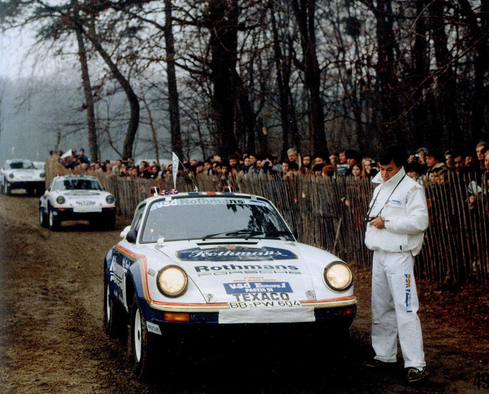 Porsche 911 Carrera 4×4 экипажей Жаки Икс/Клод Брассёр, Рене Метж/Доминик Лемойн, Роланд Кусмауль/Эрик Лернер на старте пролога ралли-марафона «Париж-Дакар» 1984 в столице Франции