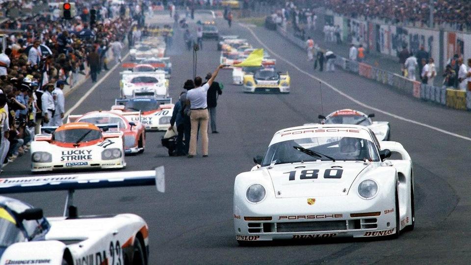 Рене Метж, выступавший в экипаже с Клодом Бало-Лена, уходит на прогревочный круг «24 часов Ле-Мана» '86 за рулем Porsche 961.