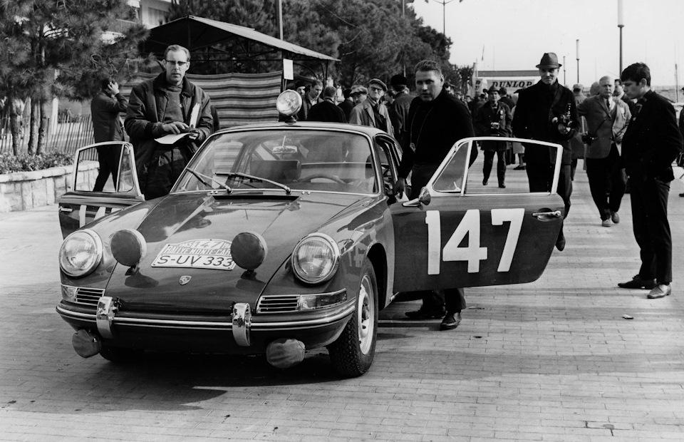 Херберт Линге (справа) и Питер Фальк (слева) готовятся к первому для Porsche 911 «Ралли Монте-Карло» 1965.