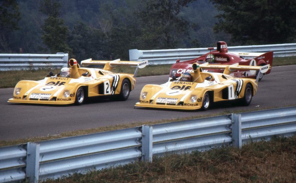 Жерар Ляррусс (#1, Alpine-Renault A442, выступал в экипаже с Жан-Пьером Жарье) и Джоди Шектер (#2, Alpine-Renault A442, выступал с Патриком Депайе) на прогревочном круге «6 часов Уоткенс-Глена»