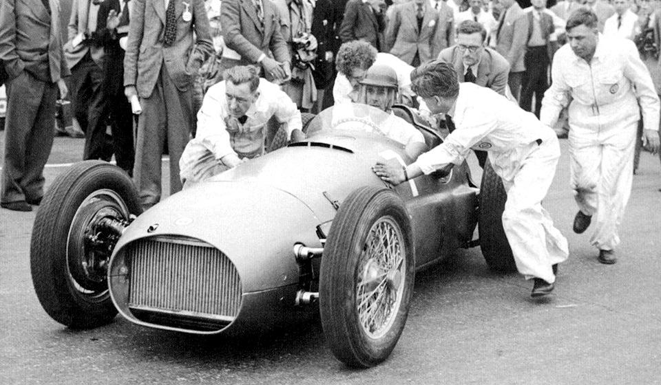 Питер Уокер на BRM P15 перед стартом Гран При Великобритании 1951 года