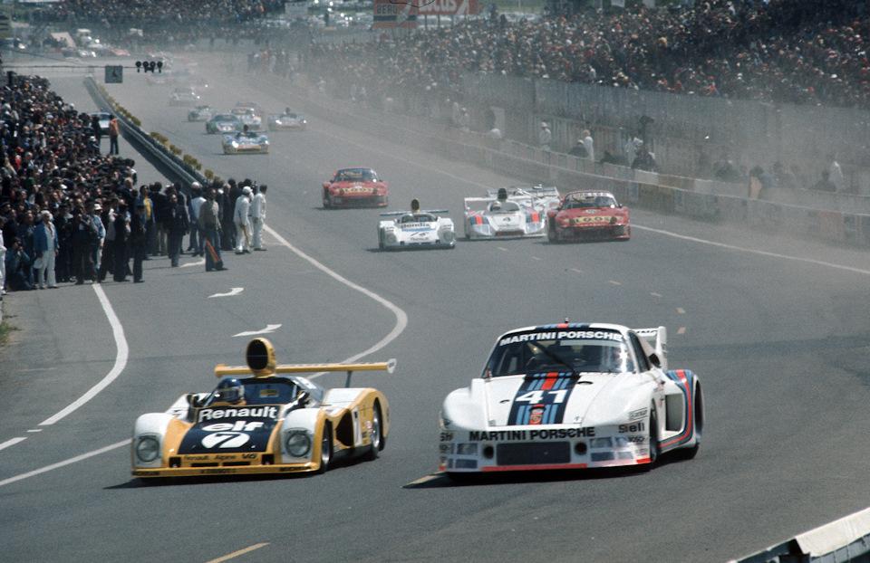 Рольф Штоммелен на Porsche 935/77 борется с Патриком Тамбэ на Alpine-Renault A442 после старта «24 часов Ле-Мана» '77.