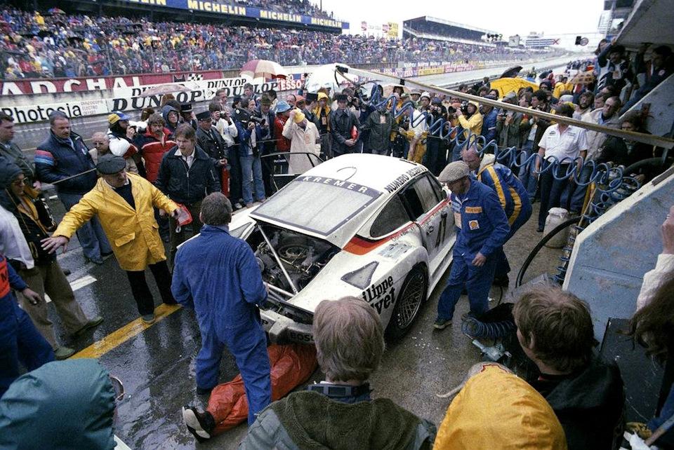 935 K3 экипажа Клауса Людвига, Дона и Билла Уайттингтонов на пит-стопе во время «24 часов Ле-Мана» '79.