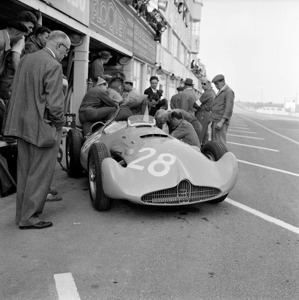 Bugatti Type 251 (шасси 002) на пит-лейн трассы в Реймсе на Гран При Франции '56