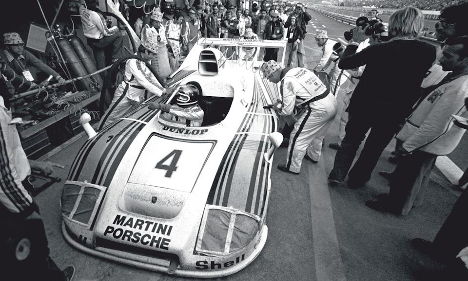 Ключевой момент «24 часов Ле-Мана» '77 – Жаки Икс пересаживается в кокпит Porsche 936/77, на котором стартовали Юрген Барт и Харли Хейвуд