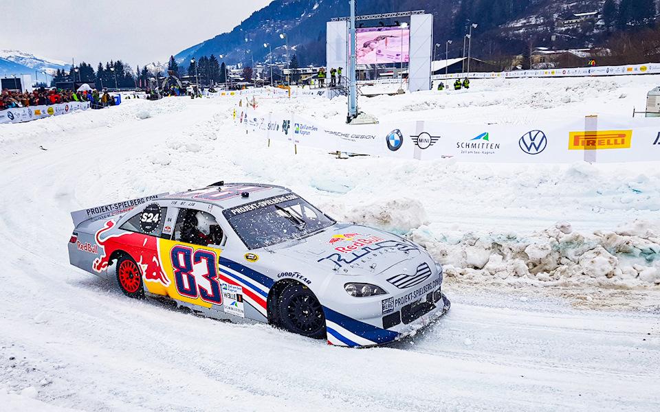 Red Bull привезли демо-автомобиль NASCAR, обули его в шипованную резину Pirelli и заставили его ездить по снегу. Под капотом — 6,5 литровый V8 мощностью 650 л.с.