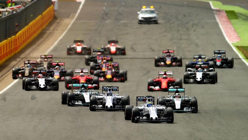 Williams срываются со старта во время Гран-при в Silverstone в 2015
