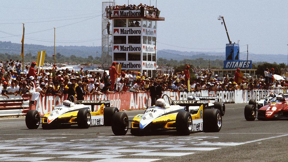 Рене Арну (#16) и Ален Прост (#15, оба на Renault RE30B) на старте Гран При Франции '82.