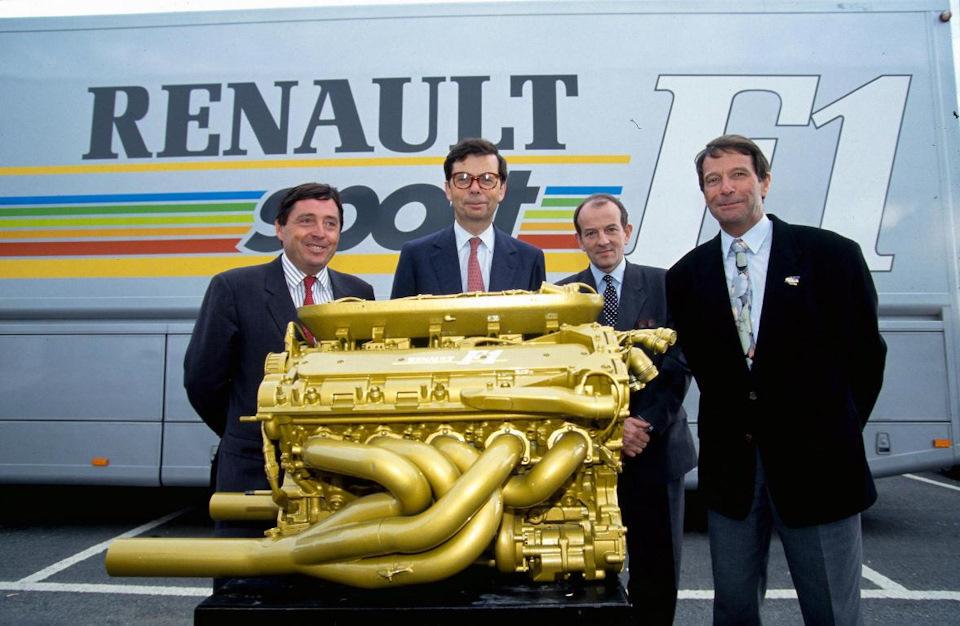 Президент Renault Патрик Фор, руководители Renault Sport Луи Швейцер и Кристиан Котцен и технический директор Renault Sport Бернар Дюдо с двигателем RS4, зачем-то выкрашенным в золотой цвет