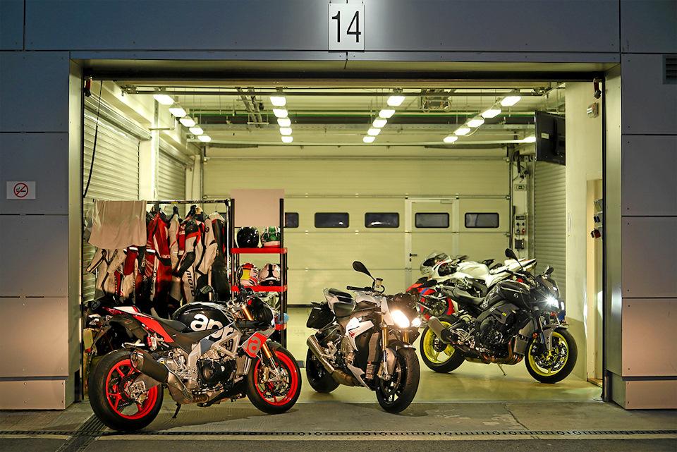 Aprilia Tuono V4 1100 Factory, Yamaha MT-10 и BMW S1000R в гараже