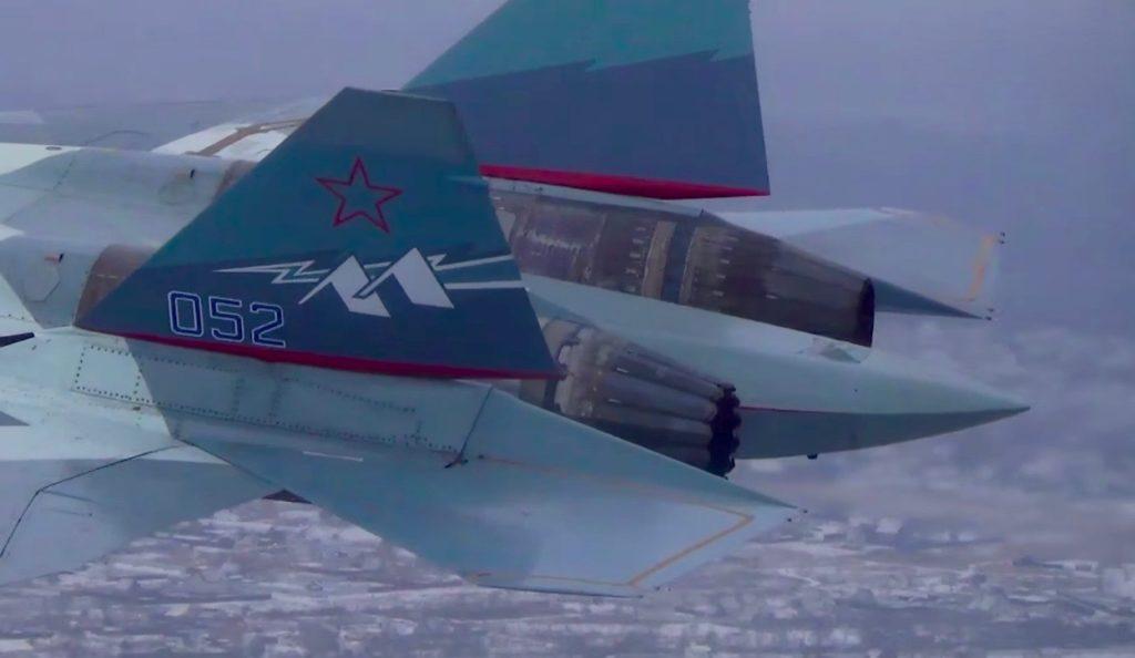 Прототип Су-57 с новым двигателем «Продукт 30» (слева) и старым АЛ-41 с истребителя Су-35 справа