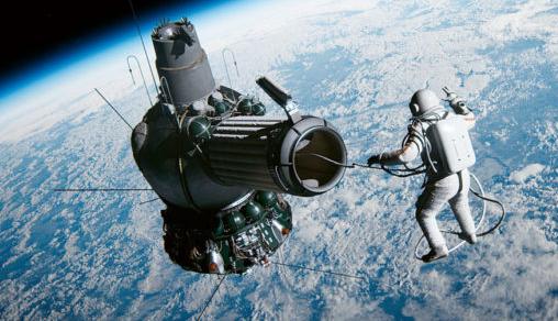 первом выходе человека в открытый космос