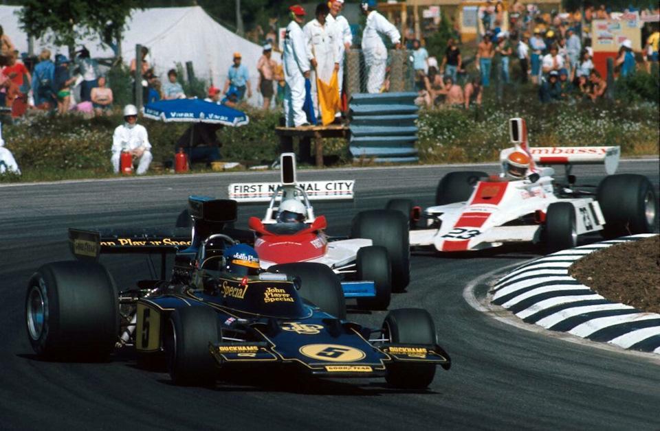 Петерсон ведет Lotus 72E в управляемом заносе во время Гран При Швеции