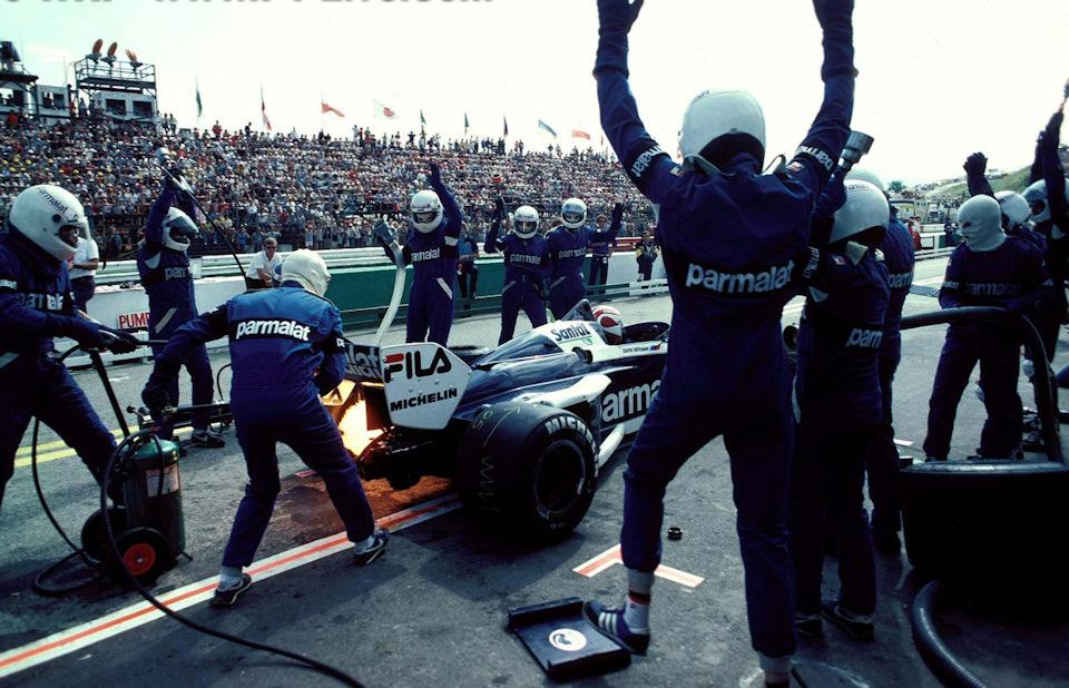 Механики Brabham обслуживают автомобиль Нельсона Пике во время Гран При Австрии '83.