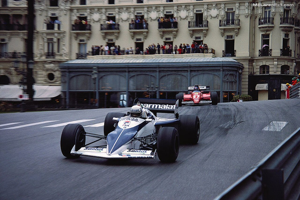 Рикардо Патрезе (#6, Brabham BT52 BMW) сдерживает за спиной Патрика Тамбэ (#27, Ferrari 126CB2) на узких улочках Монте-Карло.