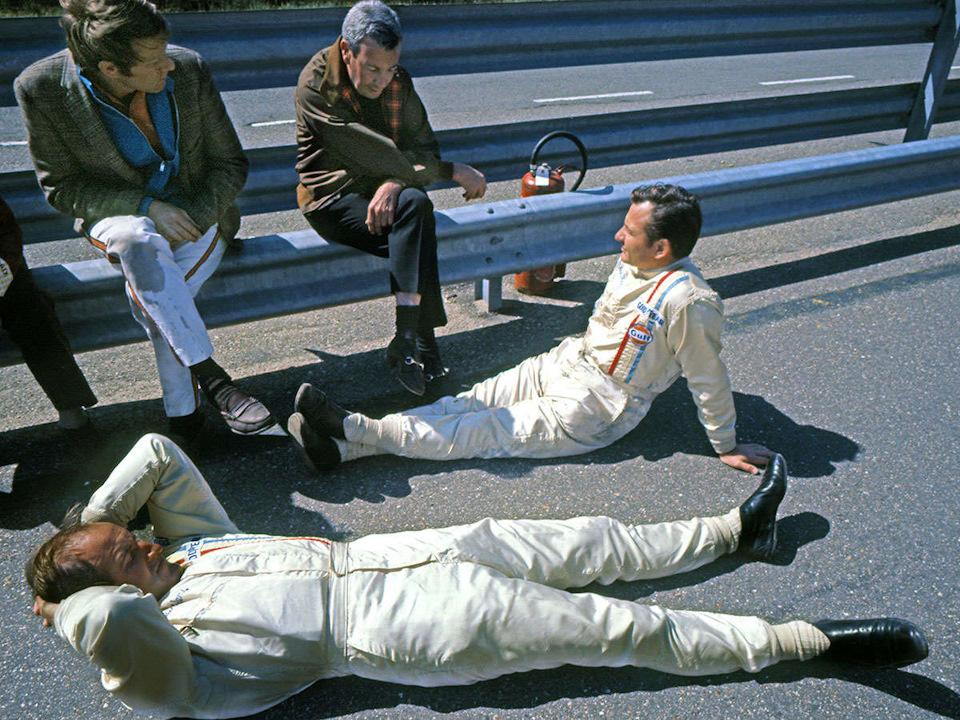 Сидят на ограждении: Тайлер Александр и Тедди Майер. Отдыхают на асфальте: Брюс МакЛарен и Дэнни Халм.
