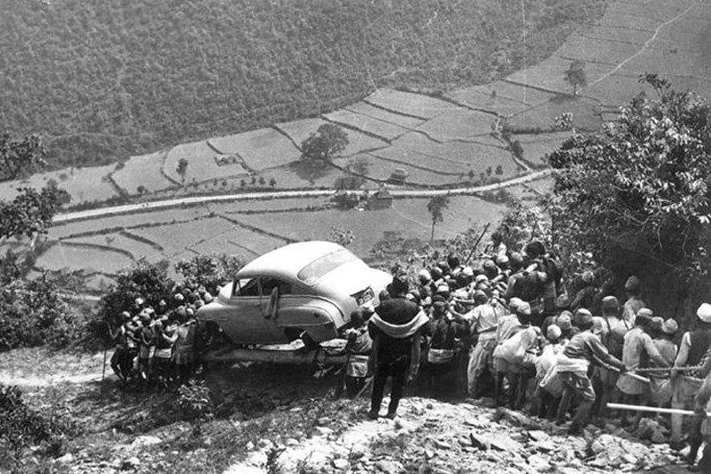 тянут машину в непале