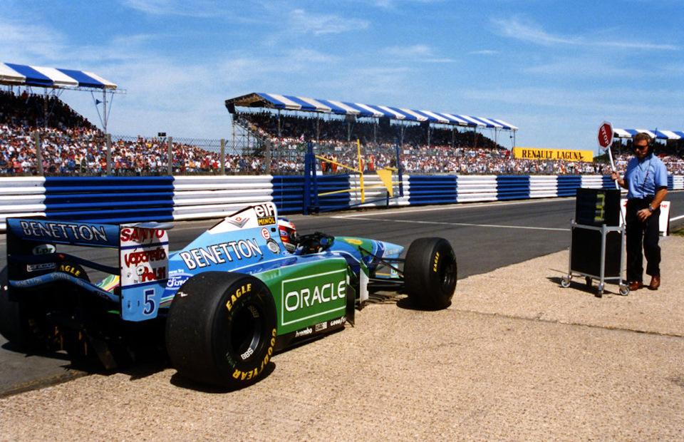 Гран При Великобритании '94. Михаэль Шумахер отбывает штраф Stop & Go.