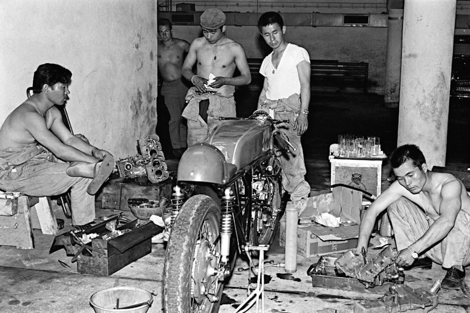 Механики Honda за работой на гонках