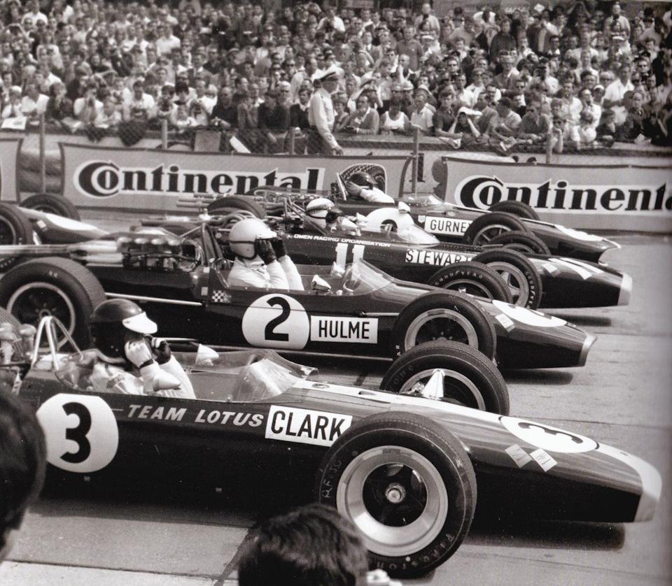 гонщики Lotus в гонках