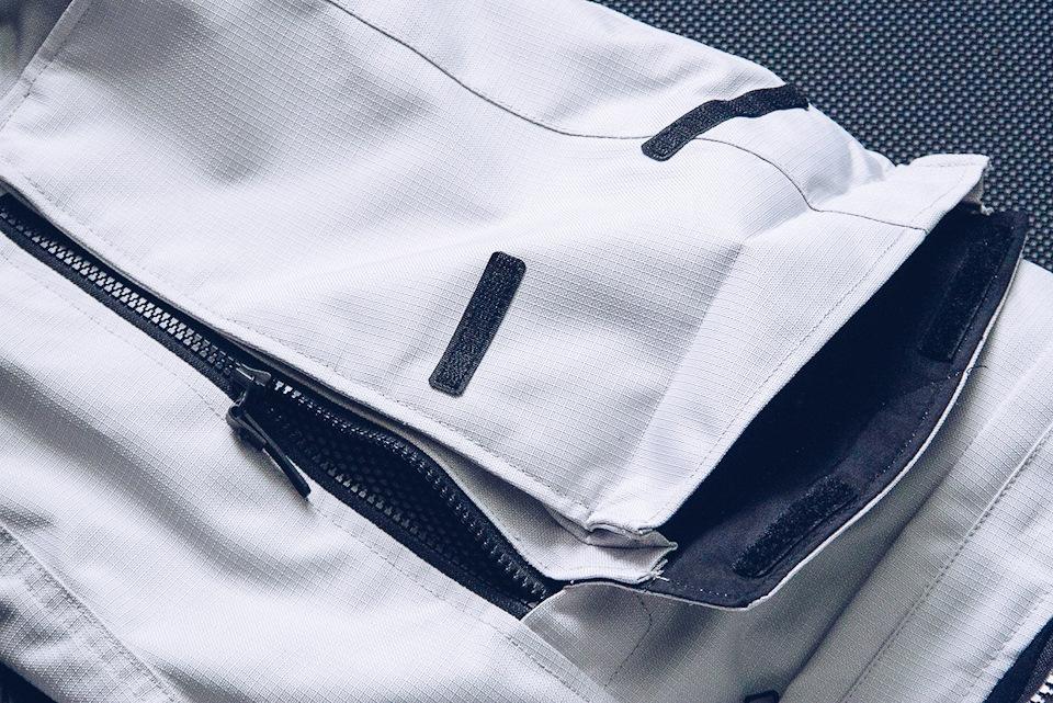 Две крохотные липучки на огромный карман — откровенный промах.