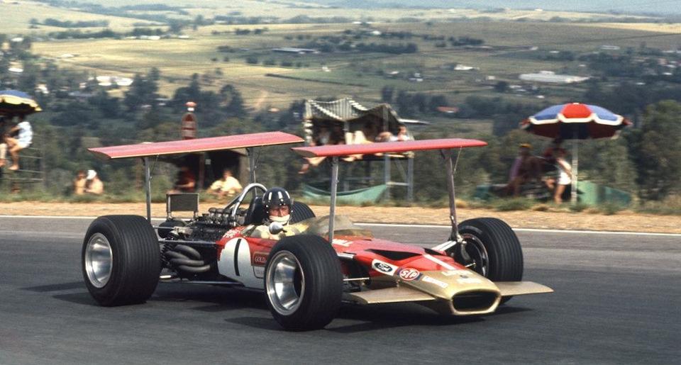 Грэм Хилл на Lotus 49B с двумя антикрыльями на высоких стойках на Гран При Южной Африки '69.