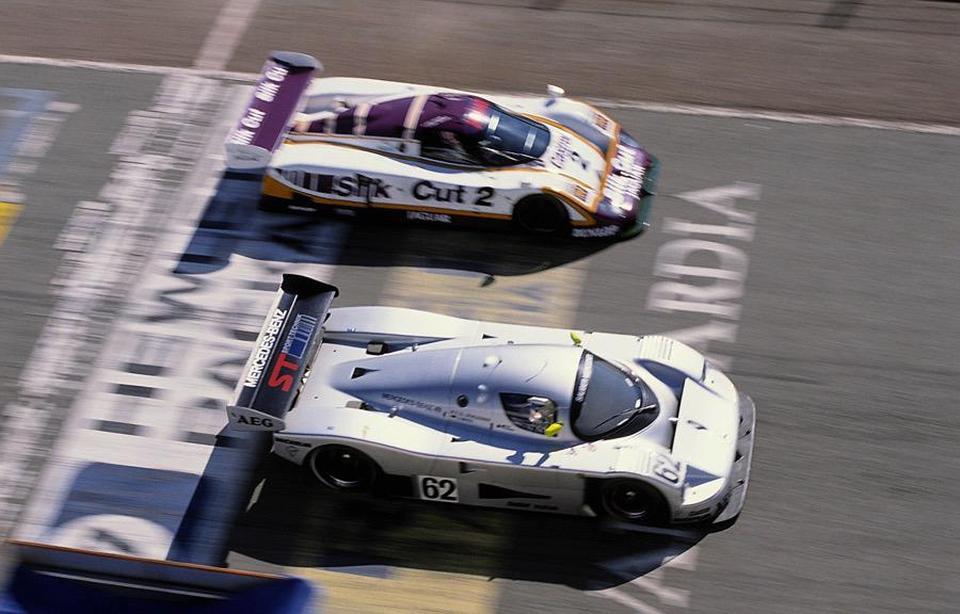 «Серебряная стрела» Жан-Луи Шлессера и Йохена Масса (#62, Sauber-Mercedes C9) против «Дикой кошки» Джона Нильсена и Энди Уолласа (#2, Jaguar XJR-9) в ходе «480 км Харамы».