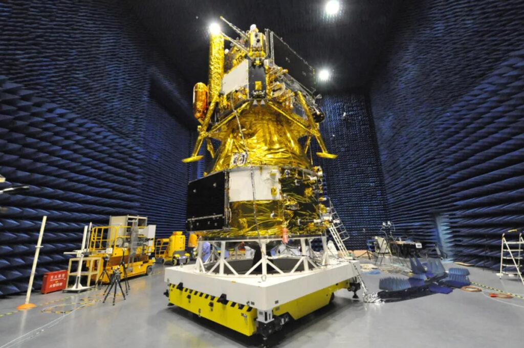 Зонд «Чанъэ-5» во время испытаний в безэховой камере