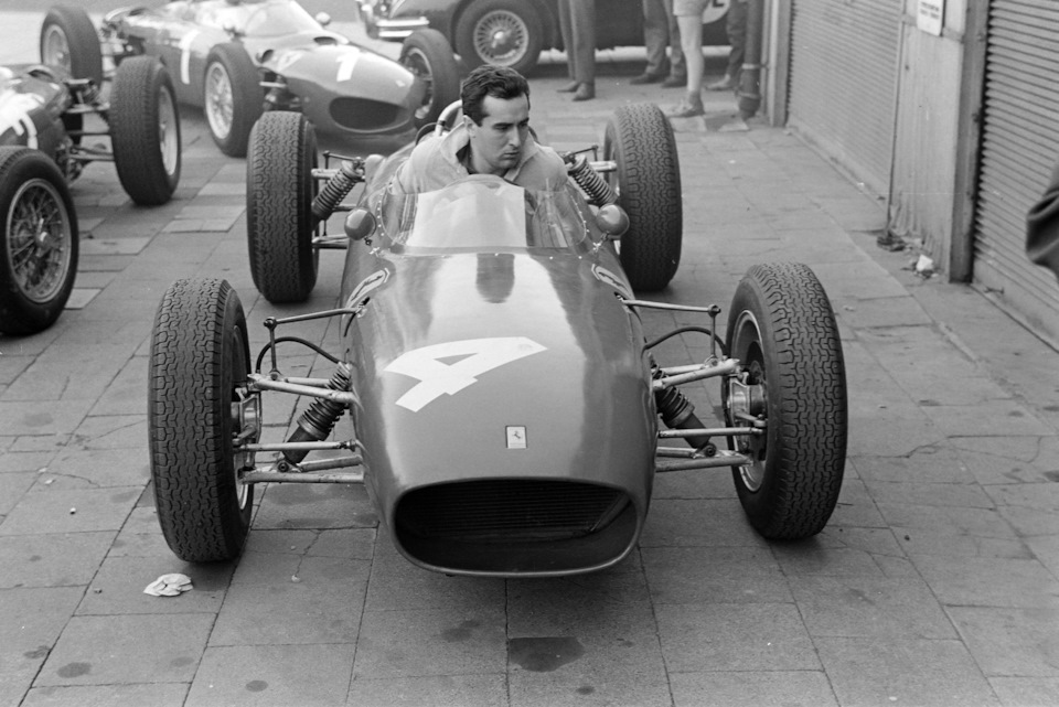 Лоренцо Бандини за рулём модифицированной Ferrari Dino 156