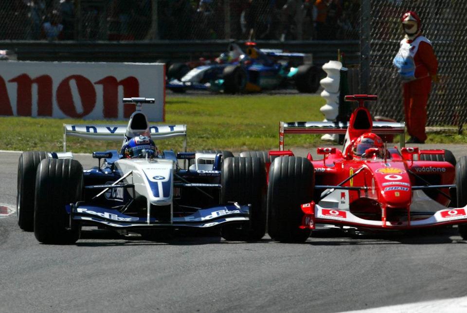 Хуан-Пабло Монтойя (#3, Williams FW25 BMW) против Михаэля Шумахера (#1, Ferrari F2003-GA) на Гран При Италии '03.