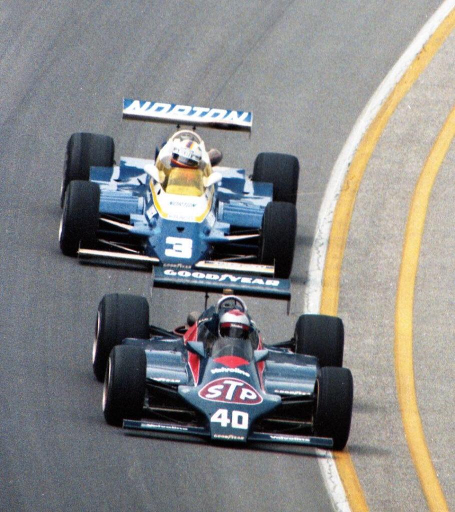 Марио Андретти (#40, Wildcat Mk.8 Cosworth) и Бобби Анзер (#3, Penske PC9B Cosworth) ведут борьбу в ходе «Инди-500» '81.